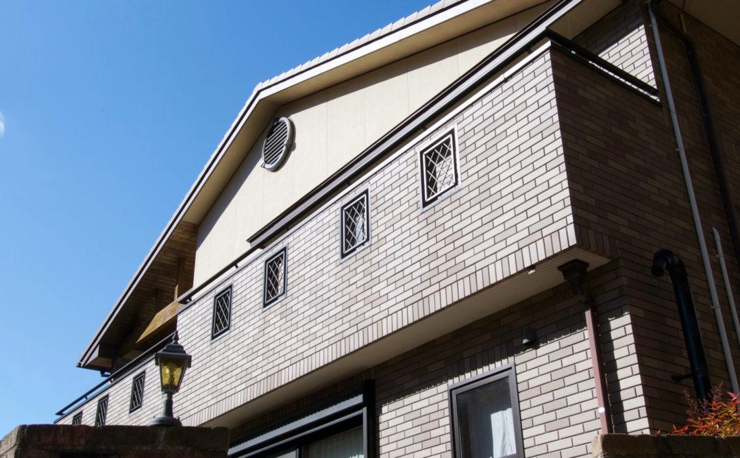 母屋は重厚なレンガスタイルのタイル張り。