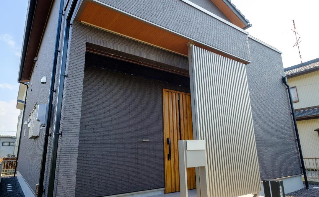 日本の伝統的な家屋とスクエアな現代スタイルが調和したスタイリッシュなK 様邸。